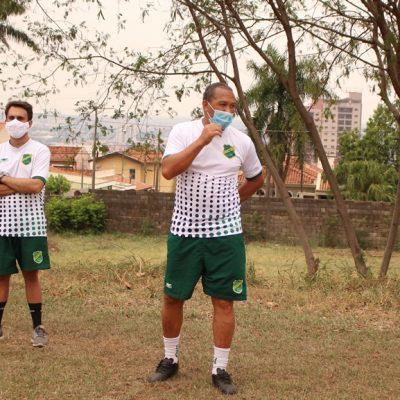 Luiz Fernando Moraes (à esq) com o técnico Anderson (centro) e demais integrantes da comissão técnica do elenco sub-20: Dante (prep físico) e Gabriel (prep goleiro)